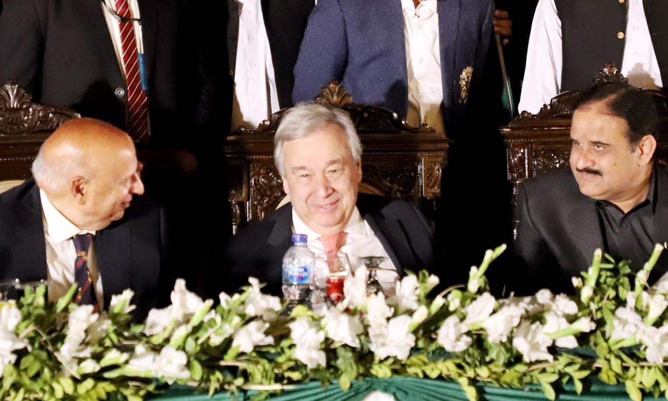 UN Secretary General Antonio Guterres at dinner with Punjab Governor Chaudhry Sarwar and Punjab Chief Minister Usman Uzdar. — APP