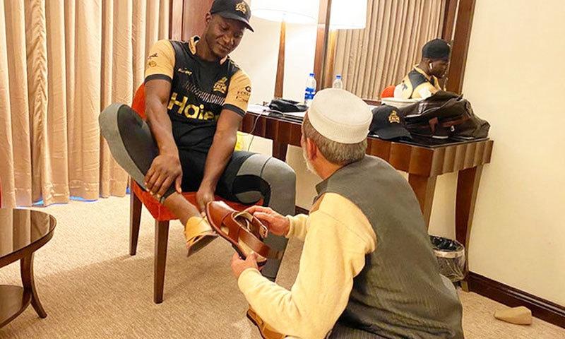 پشاور زلمی کے کپتان نے مداح کا شکریہ بھی ادا کیا — فوٹو: چاچا نورالدین