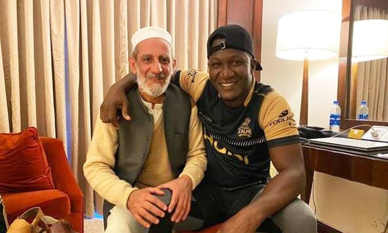 مداح نے 40 کپتان چپل ٹیم ارکان کے حوالے کیے—فوٹو: چاچا نورالدین