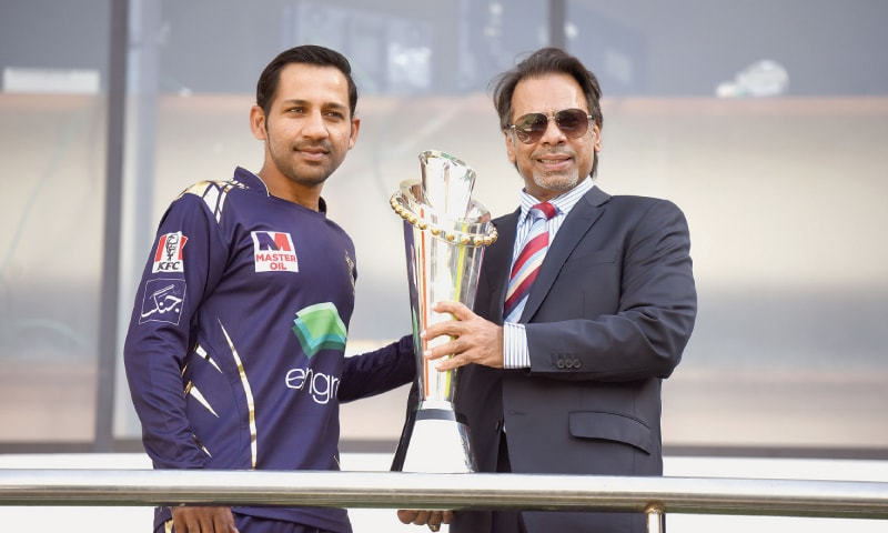KARACHI: Squash legend Jahangir Khan hands over the PSL trophy to Sarfraz Ahmed, the captain of defending champions Quetta Gladiators. The trophy has been designed by Ottewill Silversmiths, a UK-based firm. It features a crescent and a star representing the Pakistan flag and multi-coloured strips of enamel to symbolise the country's culture. It is 65 centimetres long. —Tahir Jamal / White Star