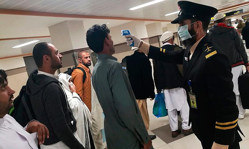 طلبہ کے والدین نے اسلام آباد میں احتجاج کرتے ہوئے مارگلہ روڈ بند کردیا — فائل فوٹو:اے ایف پی