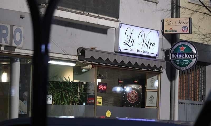 پہلا حملہ رات 10 بجے کے قریب شہر کے وسط میں واقع 'مڈ نائٹ' بار میں ہوا —فوٹو: اے ایف پی
