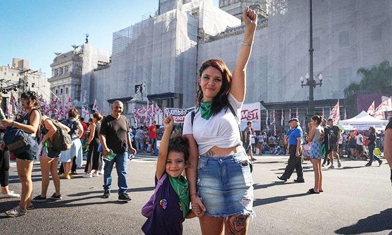 خواتین مظاہروں میں اپنی کم عمر بچیوں کو بھی ساتھ لا رہی ہیں—فوٹو: الجزیرہ