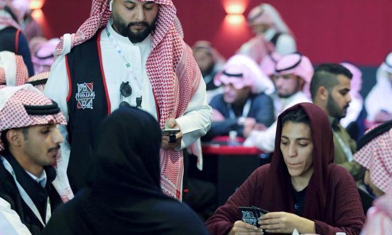 سعودی خواتین نے پہلی بار مرد حضرات کے ساتھ تاش کھیل کر تاریخ رقم کردی