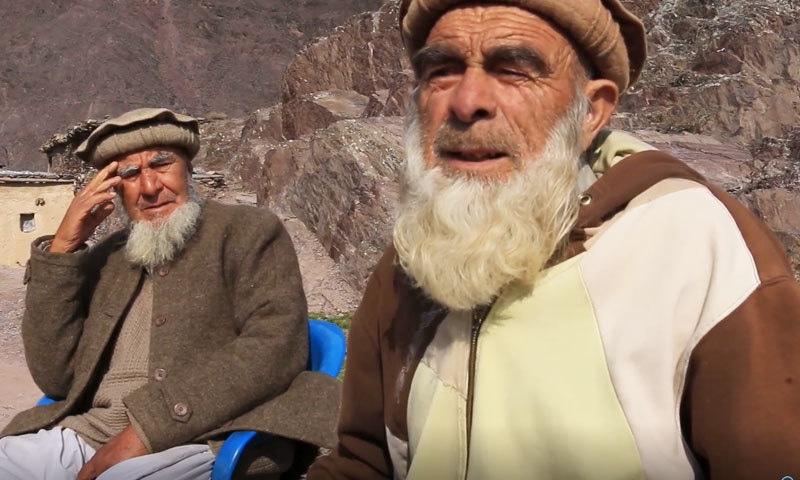 گاؤں کے بزرگ افراد نئی نسل کو اپنی زبان سیکھنے اور بولنے کی ہدایات کرتے رہتے ہیں—فوٹو: سراج الدین