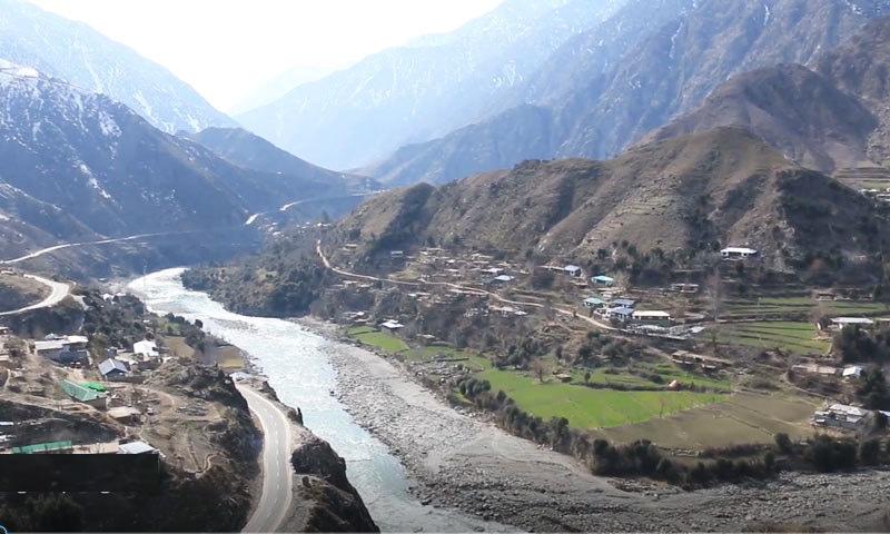 دریاؤں اور پہاڑوں کے دامن میں واقع گاؤں کے لوگ محبتی بھی ہیں—فوٹو: سراج الدین