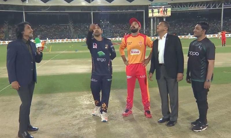 Quetta Gladiators Captain Sarfaraz Ahmed   and  Islamabad United captain Shadab Khan seen at the toss. — DawnNewsTV
