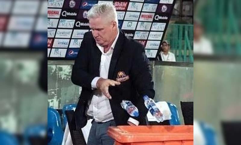 فاتح ٹیم کراچی کنگز کے ہیڈ کوچ نے کھلاڑیوں کے بیٹھنے کی جگہ کی صفائی کی۔ — فوٹو بشکریہ ٹوئٹر