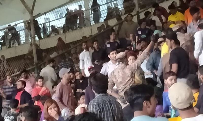 میچ کے دوران ہونے والی بدنظمی—فوٹو: بلال خان