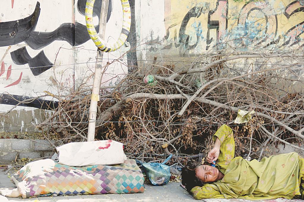 A shelterless woman in Karachi | Hussain Afzal/White Star