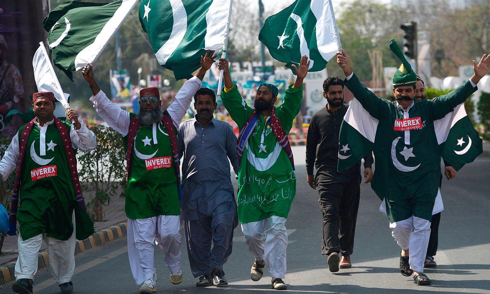 کراچی میں کرکٹ شائقین نے قومی پرچم اٹھائے ہوئے تھے—فوٹو:اے ایف پی