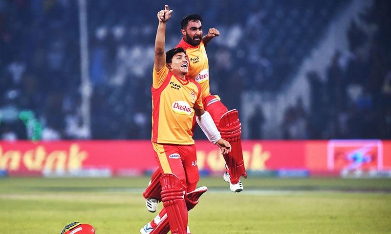 غیر یقینی جیت کے بعد محمد موسی اور صفی عبداللہ خوشی سے سرشار —فوٹو اے ایف پی