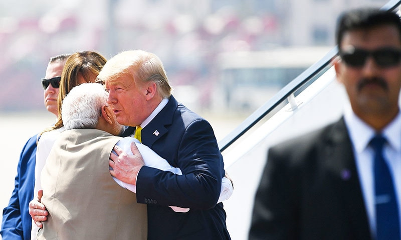بھارتی وزیر اعظم امریکی صدر کو خوش آمدید کہتے ہوئے ان سے بغل گیر ہوئے—فوٹو: اے ایف پی