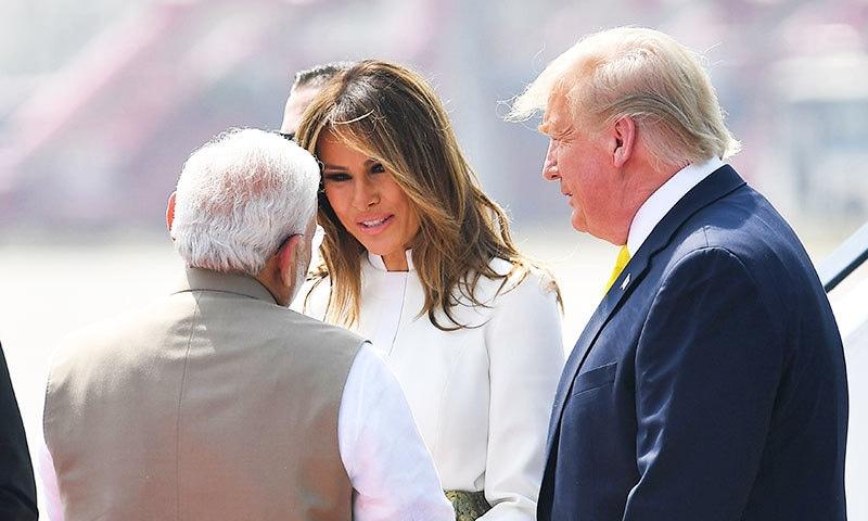 بھارتی وزیر اعظم نے امریکی خاتون اول سے مصافحہ کیا—فوٹو: اے ایف پی