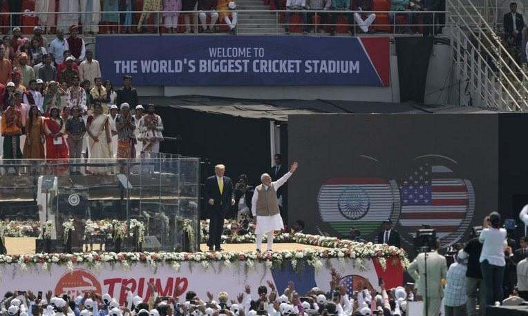 امریکی صدر نے احمدآباد میں اسٹیڈیم کے افتتاح پر خطاب کیا—فوٹو: اے پی