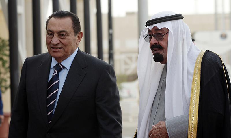 حسنی مبارک کی 11مارچ 2009 کو سعودی عرب کے بادشاہ عبداللہ بن عبدالعزیز السعود کے ساتھ لی گئی ایک یادگار تصویر— فوٹو: اے پی
