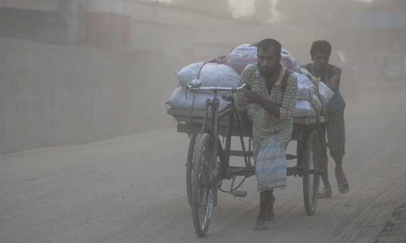 ڈھاکا فضائی آلودگی کے حوالے سے پہلے نمبر پر ہے—فائل فوٹو: اے ایف پی