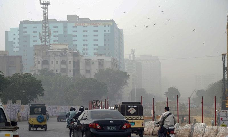 کراچی میں دہلی، ممبئی، گووا، لاہور اور ڈھاکا سے کم فضائی آلودگی ہے—فائل فوٹو: اے ایف پی