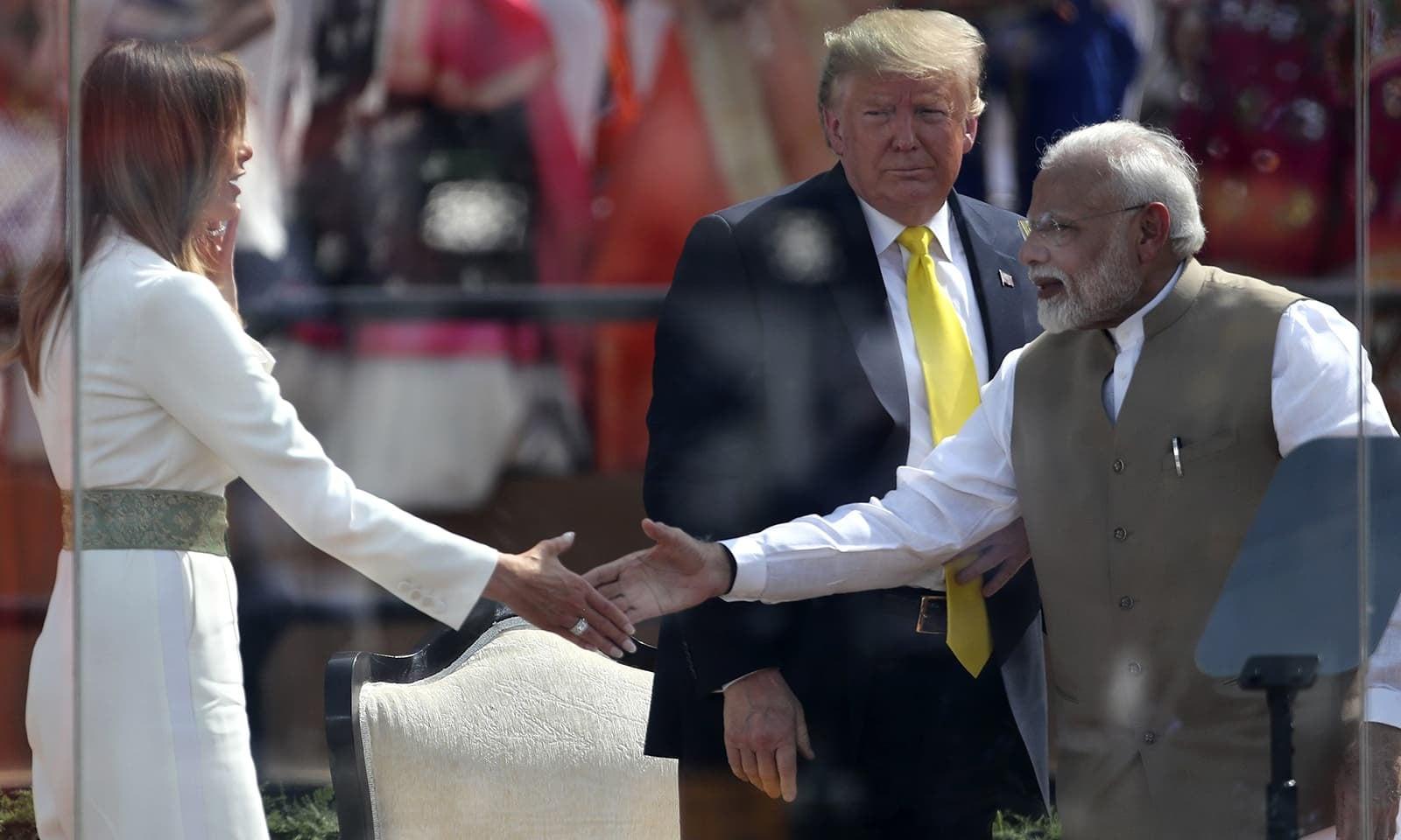 بھارتی وزیراعظم نریندر مودی امریکی خاتون اول سے مصافحہ کررہے ہیں — فوٹو: اے پی