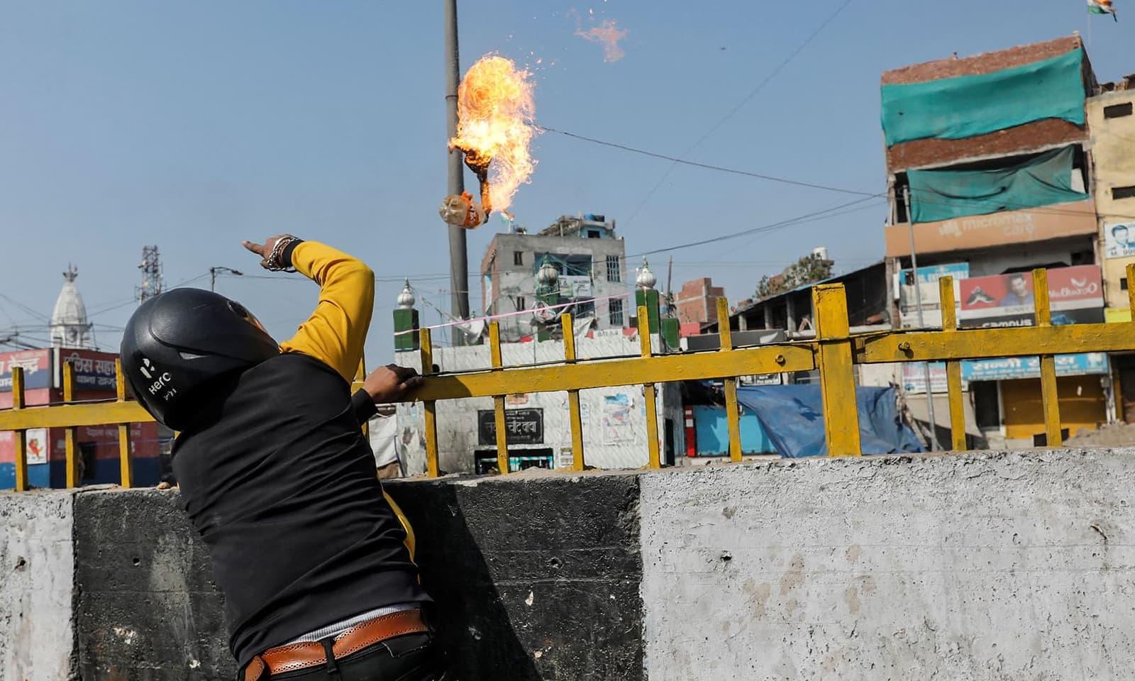 ہندو انتہا پسند مسجد پر پیٹرول بم پھینک رہا ہے — فوٹو: رائٹرز