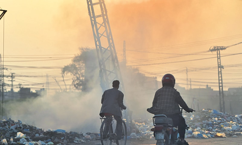 Smoke billowing from burning garbage on Ring Road causing air pollution. — White Star / M.Arif