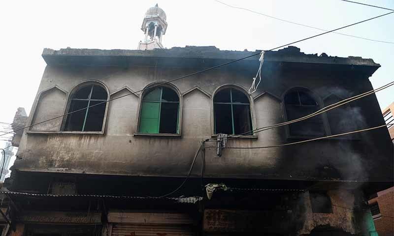 شرپسندوں نے مسجد کو نذر آتش کردیا—تصویر: اے ایف پی