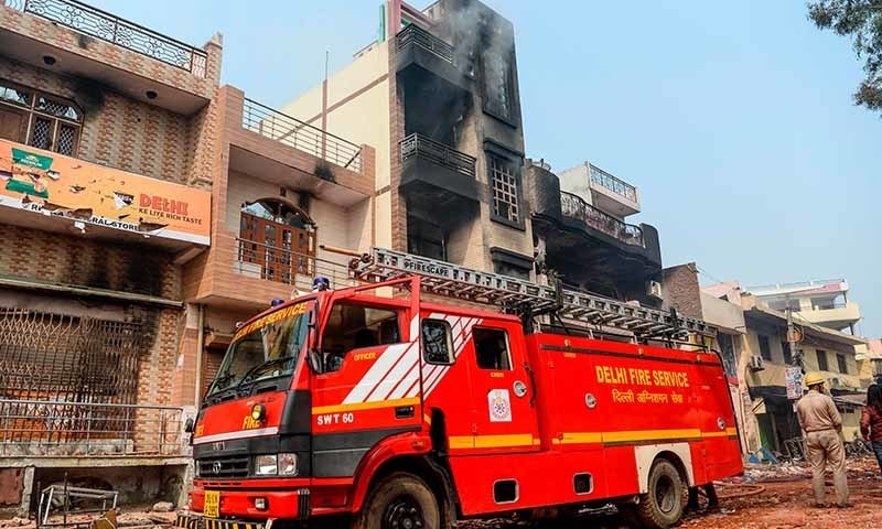 شرپسندوں نے دکانوں کے علاوہ مکانات کو بھی آگ لگائی—تصویر: اے ایف پی