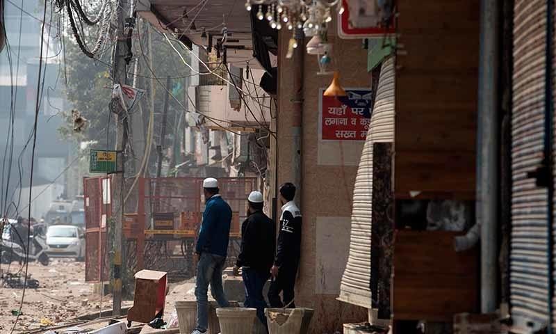 نئی دہلی کے شہریوں میں فسادات کے باعث خوف پایا جاتا ہے—تصویر: اے پی