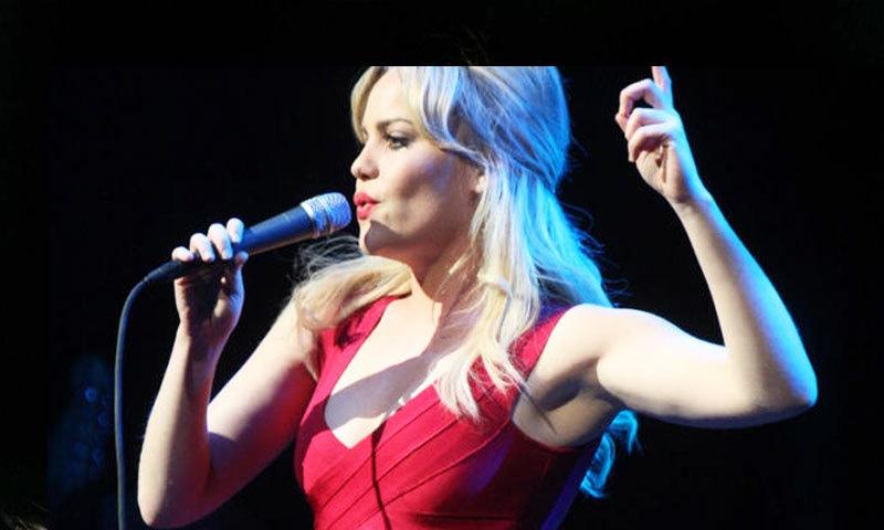 برطانوی گلوکارہ نے انتہائی کم عرصے میں کافی مقبولیت حاصل کی—فائل فوٹو: اے ایف پی