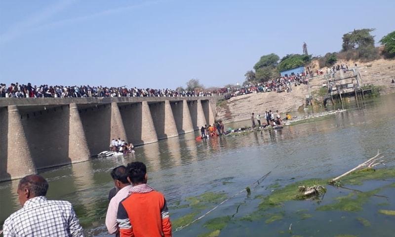 مقامی افراد نے اپنی مدد آپ کے تحت ڈوبنے والے بارتیوں کو باہر نکالا— فوٹو: بشکریہ ٹوئٹر