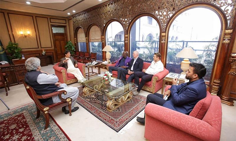 وزیر اعظم عمران خان سے سر ویوین رچرڈز، گریگ چیپل اور شین واٹسن نے ملاقات کی — فوٹو بشکریہ فیس بُک