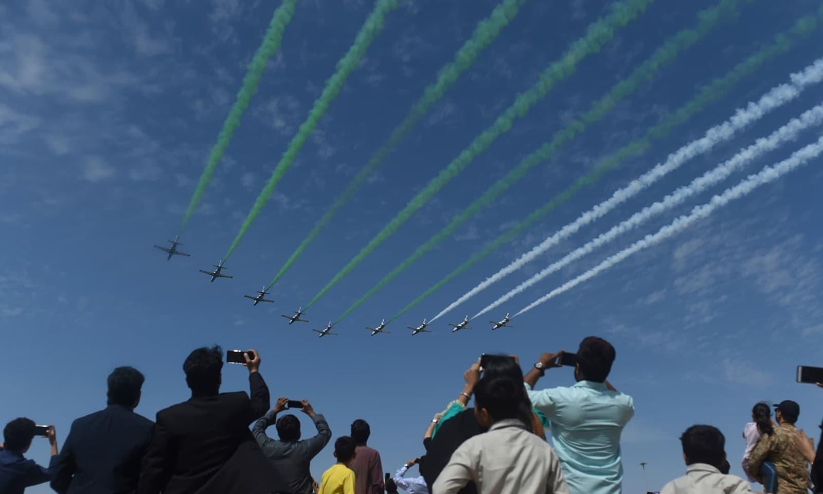 گرفتار بھارتی پائلٹ نے پاک فوج کے رویے کی تعریف کی تھی—فوٹو: اے ایف پی