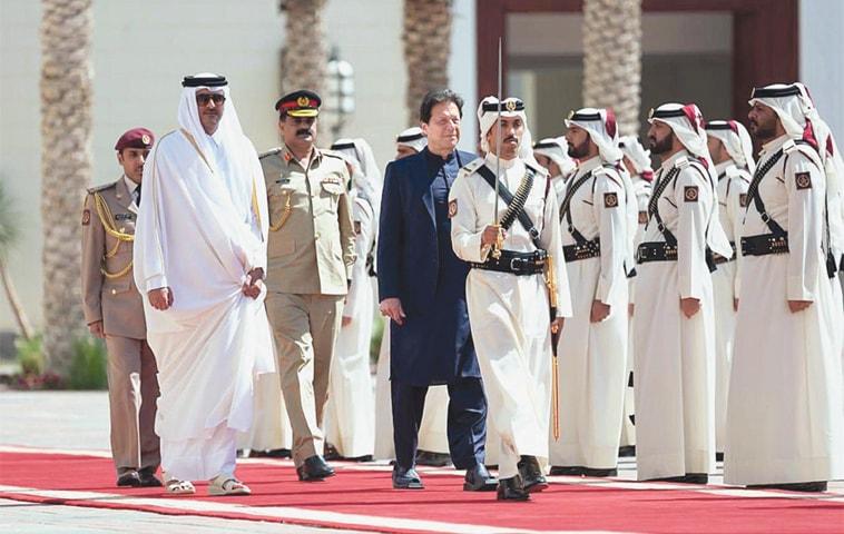 DOHA: Prime Minister Imran Khan and Emir of Qatar Sheikh Tamim bin Hamad al Thani inspect a guard of honour at Diwan-i-Emiri on Thursday.—APP