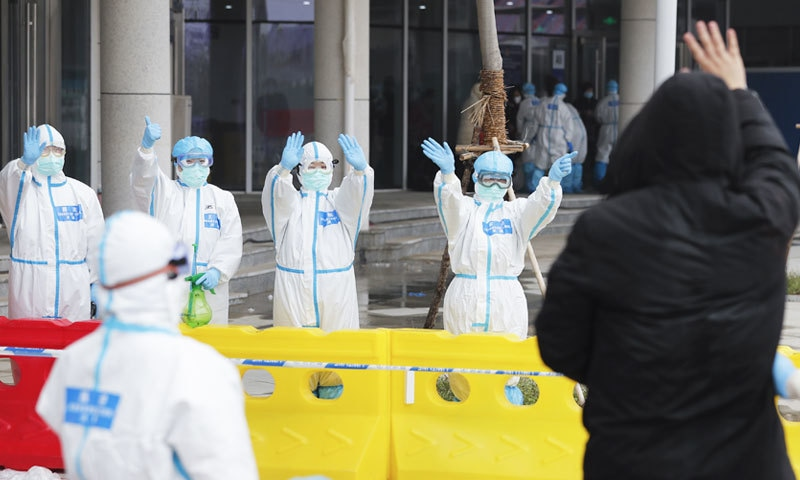 ایک ہی دن میں ہسپتالوں سے 3622 افراد کو ڈسچارج کردیا گیا—فوٹو: زنوا