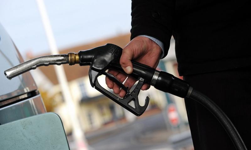 پی ایم یو نے پیٹرول کی قیمت  کم کر کے 100 روپے کرنے کی تجویز دی—فائل فوٹو: اے ایف پی