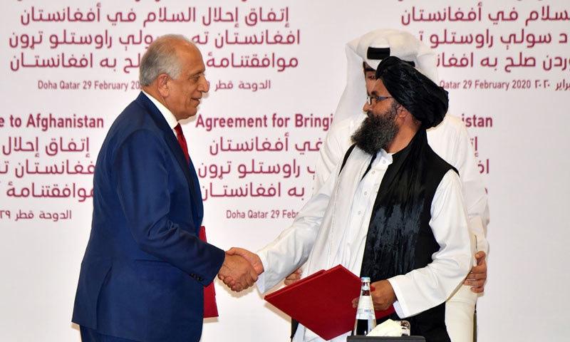 زلمے خلیل زاد اور ملا عبدالغنی برادر نے معاہدے پر دستخط کیے — فوٹو: اے ایف پی