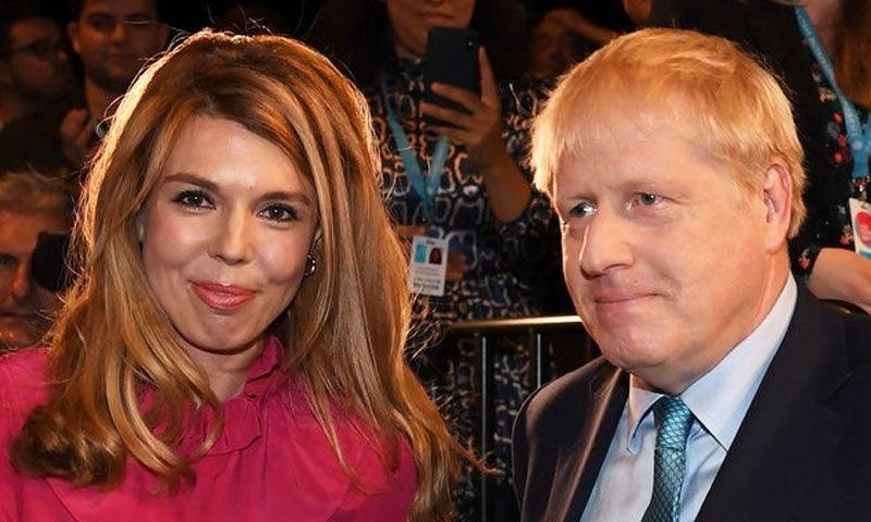 بورس جانسن نے شادی کیے بغیر ہی کیری سائمنڈ کو وزیر اعظم ہاؤس میں رہائش دے رکھی ہے—فوٹو: اے ایف پی