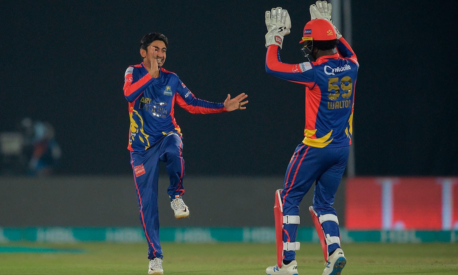 کراچی کے عمر خان، عماد وسیم اور محمد عامر نے ایک،ایک وکٹ حاصل کی—فوٹو:اے ایف پی