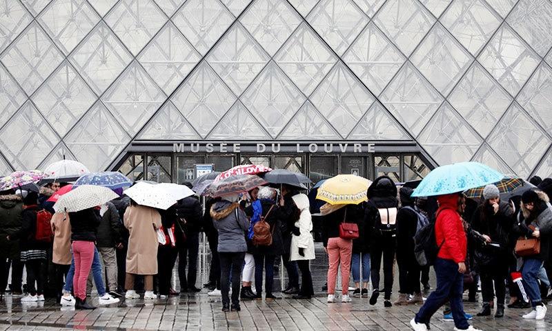 سیاح 2 مارچ کو میوزیم پہنچے تو لوور کے دروازے بند تھے—فوٹو: رائٹرز