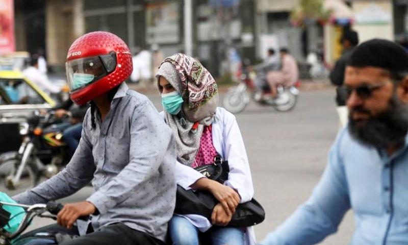 پاکستان میں بہت ساری غلط معلومات بھی پھیلائی جا رہی ہے—فوٹو: اے ایف پی