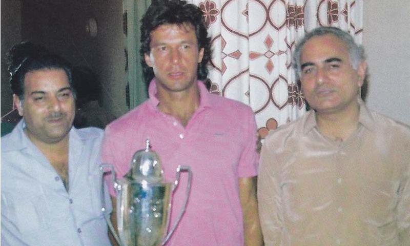 منیر حسین (بائیں) اور افتخار احمد (دائیں) سانق کپتان عمران خان کے ہمراہ—تصویر بشکریہ اخبارِ وطن