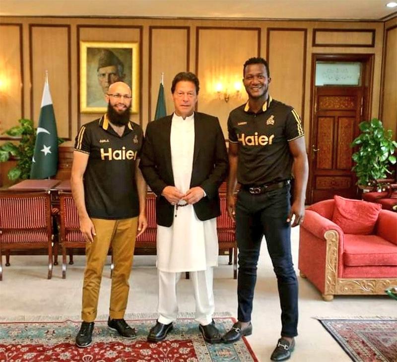 پشاور زلمی کے کپتان ڈیرن سیمی اور مینٹور ہاشم آملا وزیر اعظم عمران خان کے ہمراہ موجود ہیں— فوٹو بشکریہ پشاور زلمی