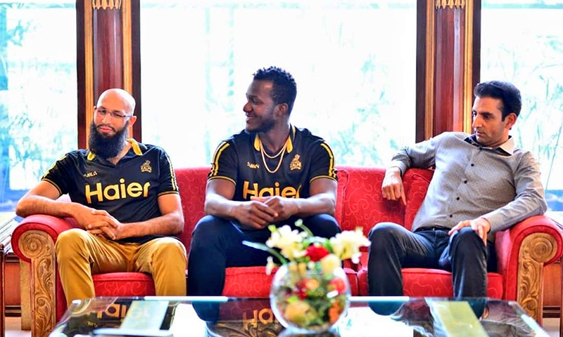 وزیر اعظم سے ملاقات کرنے والے پشاور زلمی کے وفد میں کپتان ڈیرن سیمی، مینٹور ہاشم آملا اور کوچ محمد اکرم بھی موجود تھے— فوٹو بشکریہ پشاور زلمی