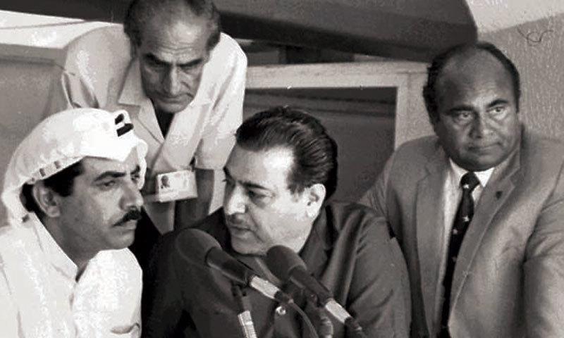 دائیں جانب سے درمیان میں موجود منیر حسین