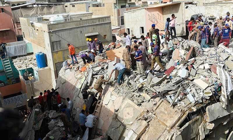 کراچی: عمارت گرنے سے اموات کی تعداد 17 ہوگئی، مالک کے خلاف مقدمہ درج