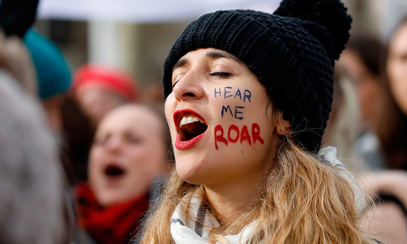 فرانس میں بھی خواتین نے خصوصی دن کے اعتبار سے ریلیاں نکالیں—فوٹو: اے ایف پی