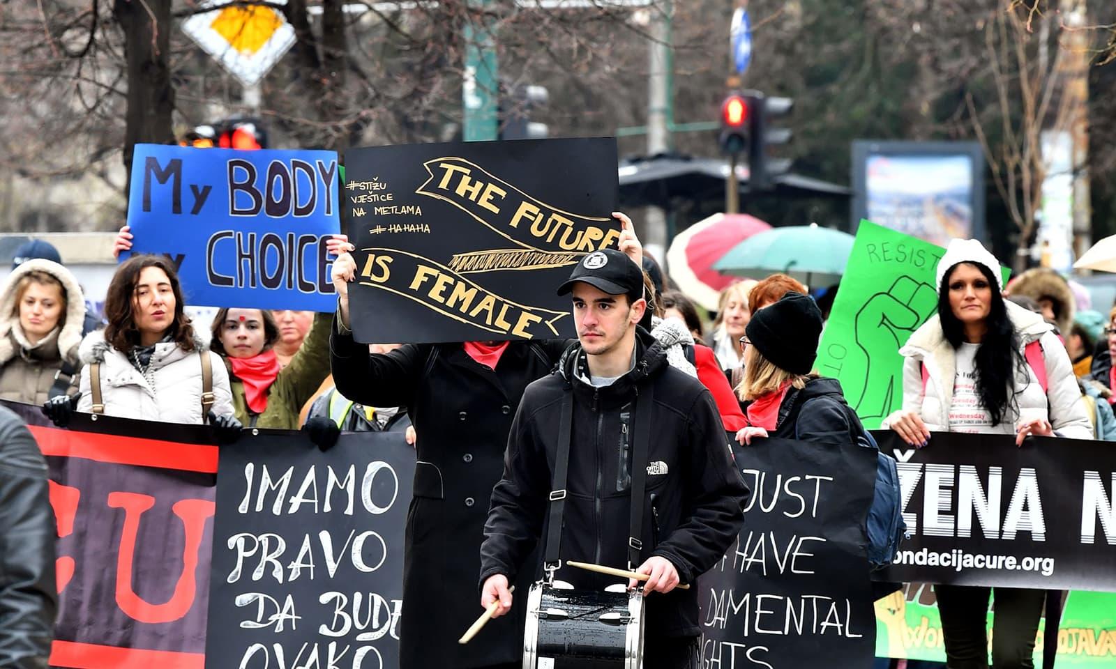 بوسنیا میں نکالی گئی ریلیوں میں خواتین کے شانہ بشانہ مردوں نے بھی حصہ لیا —فوٹو: اے ایف پی  بوسینا