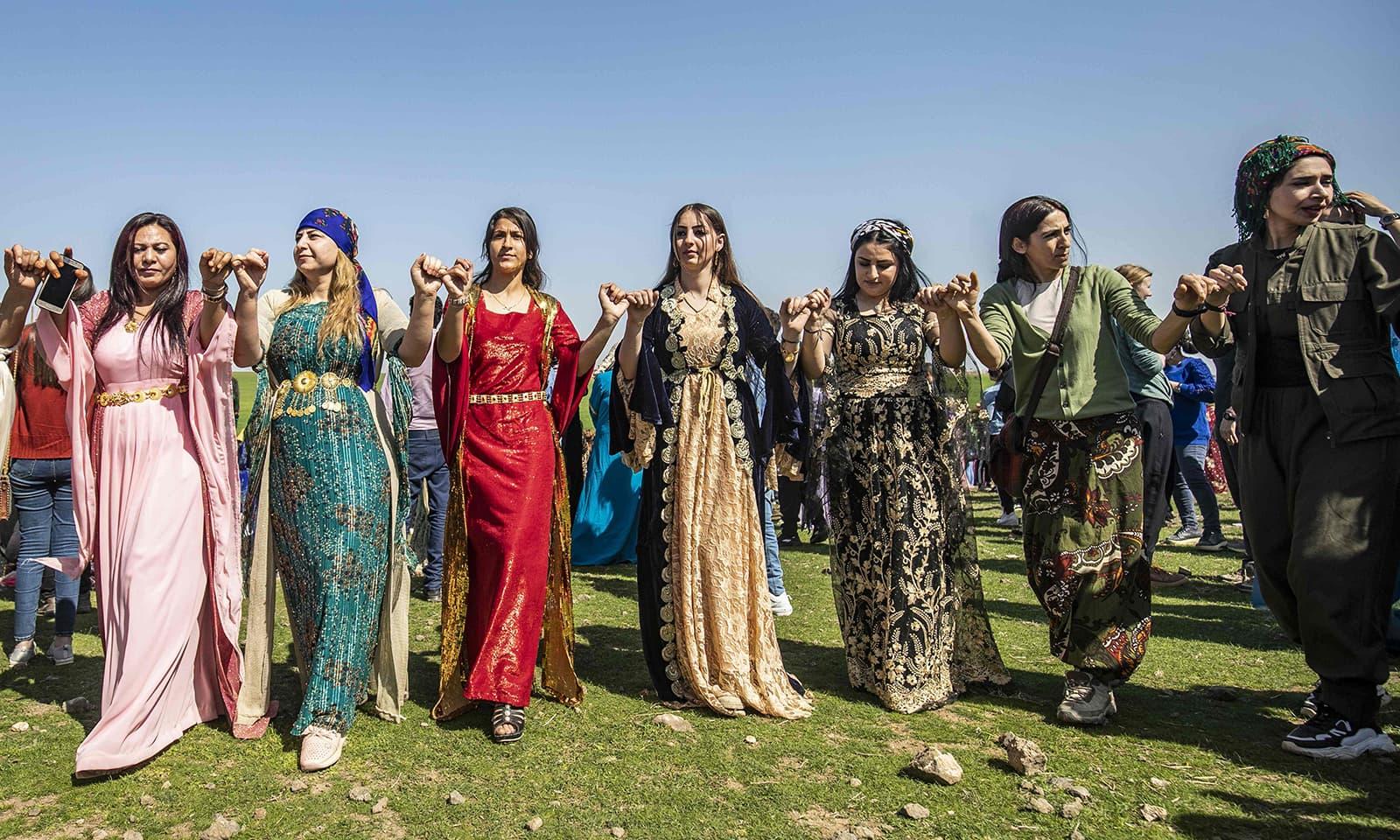 جنگ زدہ شام میں خواتین نے عالمی یوم نسواں کے دن رقص کرکے اپنی خوشی کا اظہار کیا—فوٹو: اے ایف پی