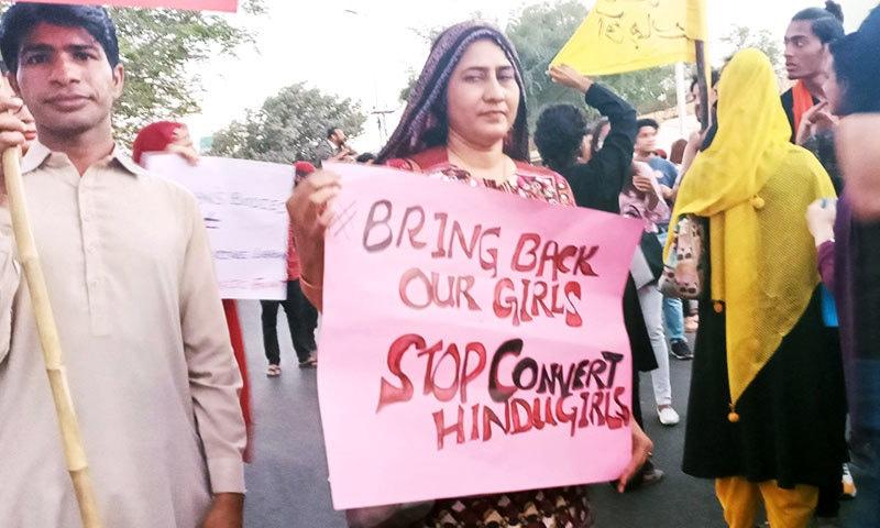 شرکا نے سندھ میں جبری مذہب تبدیلی کے خلاف بھی بینر اٹھا رکھے تھے—فوٹو: ساگر سہندڑو