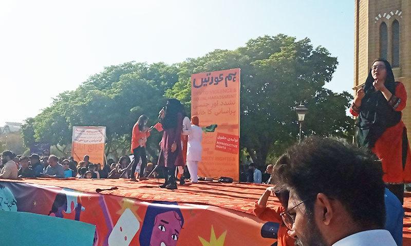 تقریب میں کراچی کی باحجاب لڑکی نے رہائشی عمارات کو منہدم کرنے پر بھی خطاب کیا—فوٹو: ساگر سہندڑو